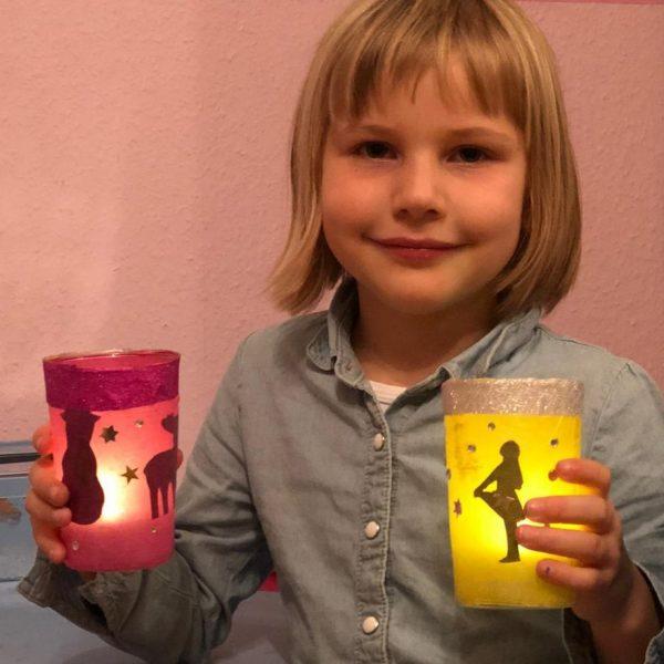 Gemeinsame Adventsaktion: Die Kinder des Isy7 und des Offenen Ganztag (OGS) an der Mittwaldschule verteilen vorweihnachtliche Lichter mit persönlichen Grüßen